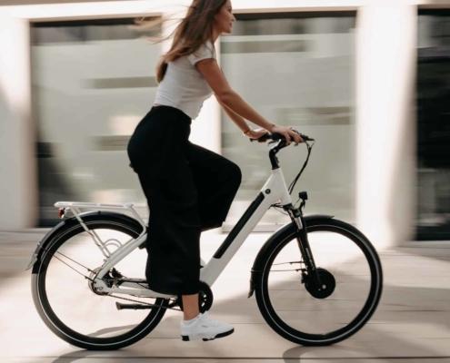 E Bike Gewicht - Frau auf eBike